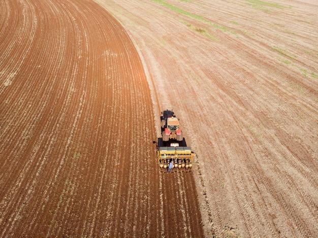 Traktor mit sämaschine im feld