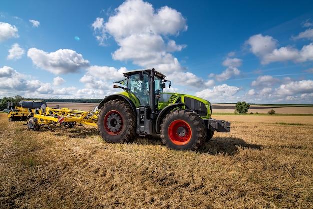 Traktor mit scheibenegge, bodenbearbeitungssystem in betrieb
