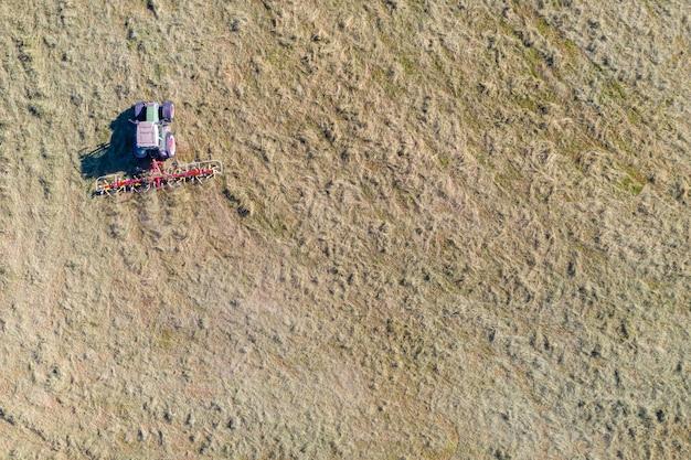 Traktor mit zetter, luftaufnahme von oben nach unten, landwirtschaft und landwirtschaft