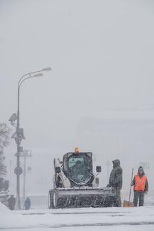 Traktor reinigt schnee auf vasilyevsky spusk