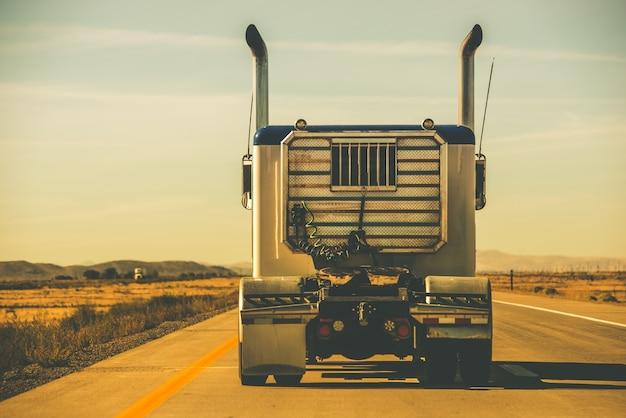 Traktor trailer auf der autobahn
