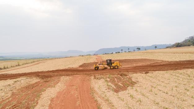 Traktor und pflügen den boden für eine zukünftige plantage