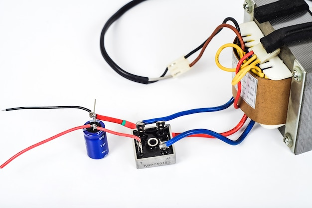 Transformator wechselstrom in gleichstrom mit diodenbrücke und kondensator.