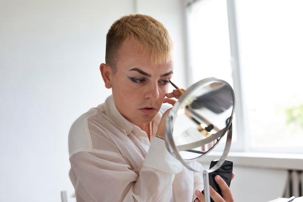 Transgender mit make-up-pinsel nahaufnahme