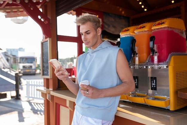 Transgender mit mittlerem schuss mit smartphone