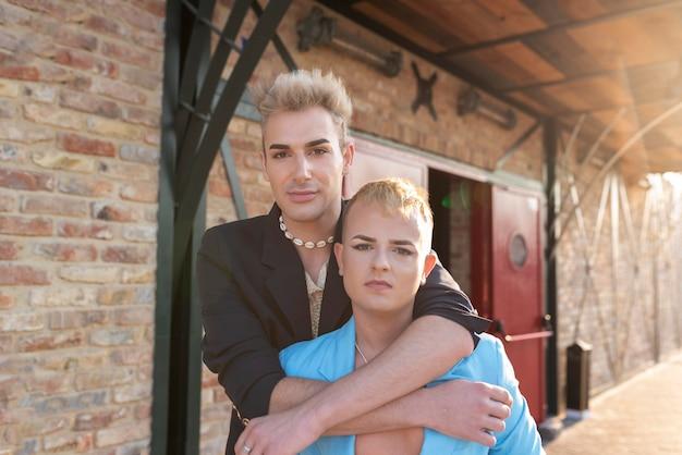 Transgender mit mittlerer aufnahme posieren zusammen