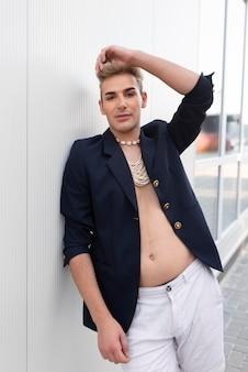 Transgender mit mittlerer aufnahme posiert mit schmuck