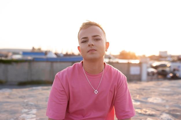 Transgender mit mittlerer aufnahme und halskette