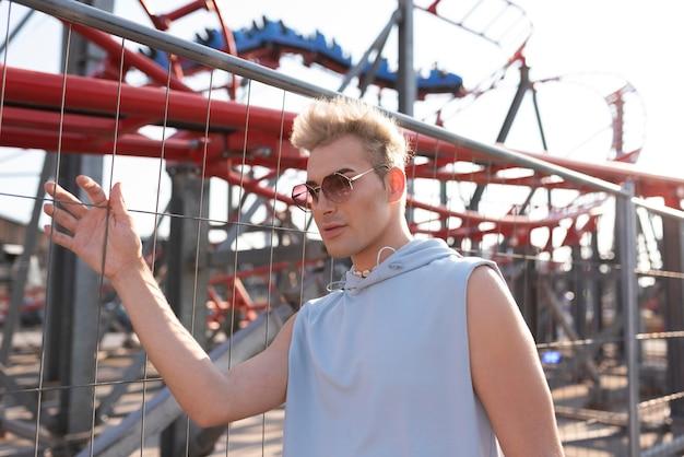 Transgender mit mittlerer aufnahme und sonnenbrille