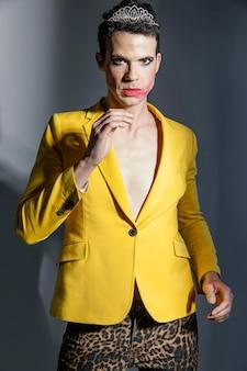 Transgender person, die gelbe jacke vorderansicht trägt
