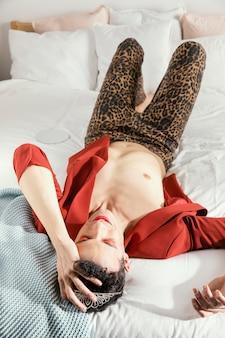 Transgender-person, die rote jacke hohe ansicht trägt