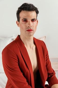 Transgender-person, die vorderansicht der roten jacke trägt