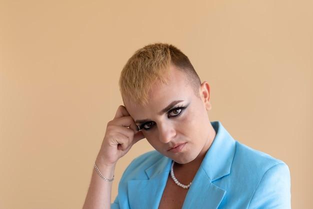 Transgender posiert mit make-up nahaufnahme