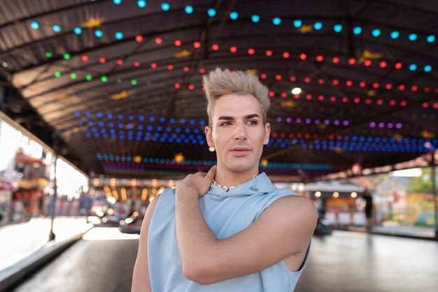 Transgender-posing mit mittlerer aufnahme