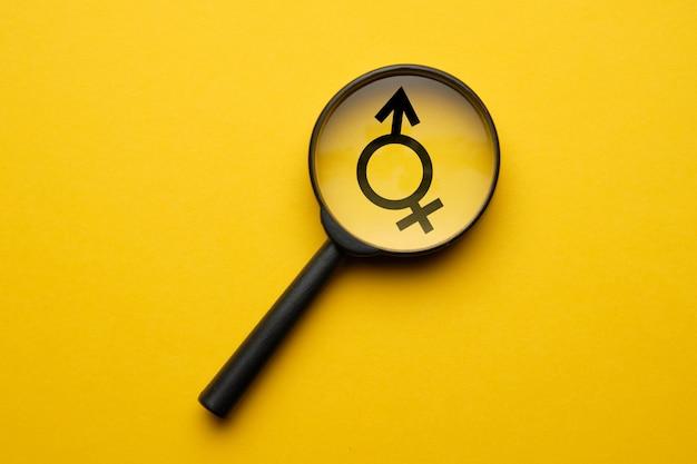Transgender-zeichen unter einer lupe