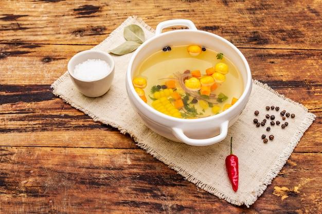 Transparente entensuppe mit knödeln und gemüse. traditionelle bouillon, gesundes essen.