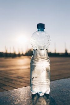 Transparente flasche mit kaltem trinkwasser