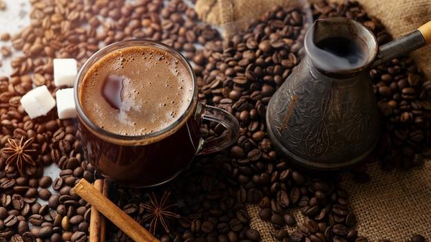Transparente glasschale und kaffeebohnen des espressos auf dem tisch