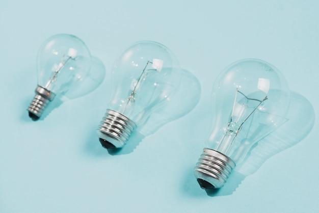 Transparente glühlampen auf blauem hintergrund