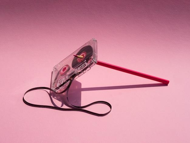 Transparente kaputte kassette im rampenlicht