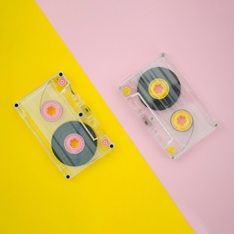 Transparente kassette der draufsicht auf vibrierendem hintergrund