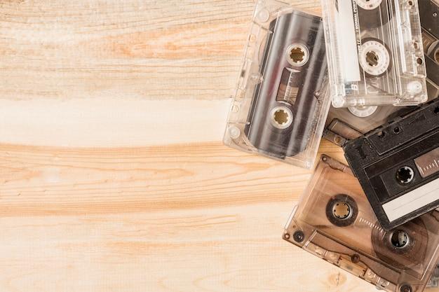 Transparente kassetten auf hölzernem hintergrund
