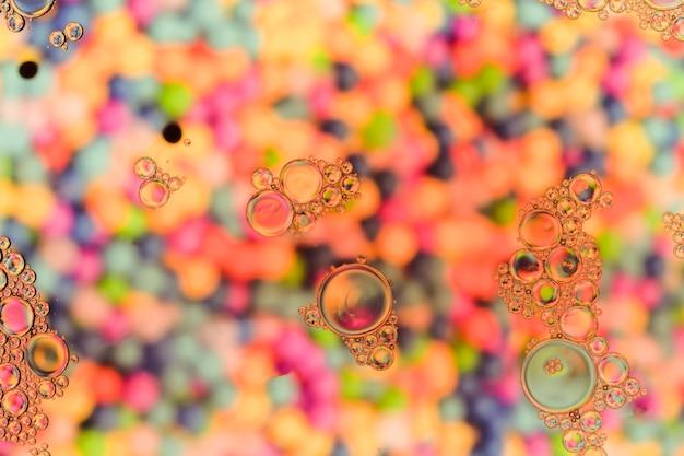 Transparente luftblasen auf warmer perlenfarbenoberfläche