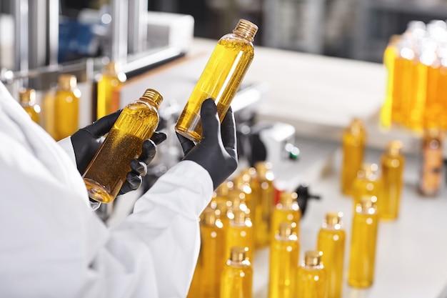 Transparente plastikflaschen mit gelber substanz gefüllt