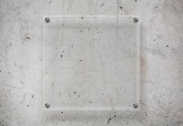 Transparente platte auf betonoberfläche