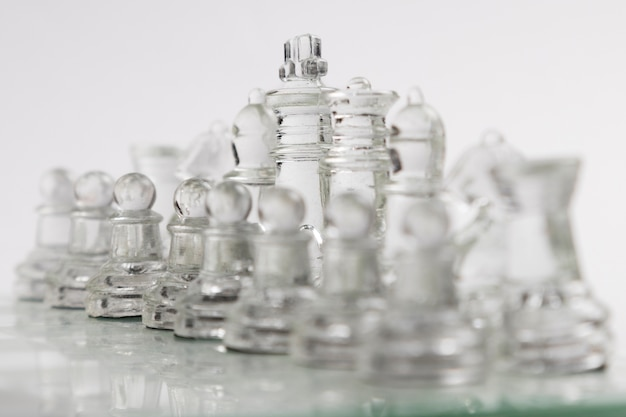 Transparente schachfiguren an bord