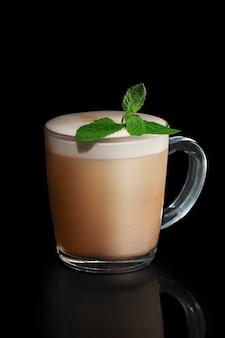 Transparente schale tadelloser cappuccino lokalisiert auf schwarzem