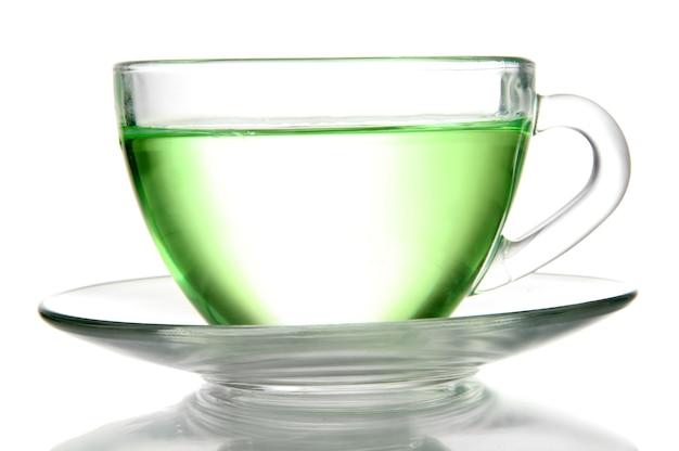 Transparente tasse grüner tee, lokalisiert auf weiß