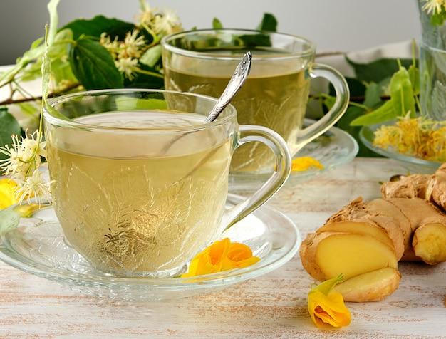 Transparente tasse mit tee aus ingwer und linden