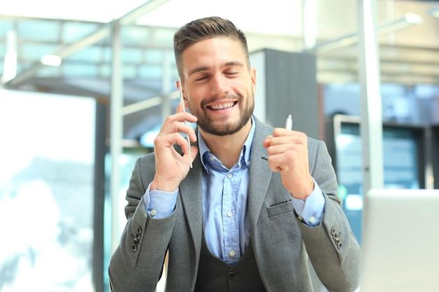 Transparente telefone des zukunftskonzepts, ein kaukasischer geschäftsmann, der mit seinem freund telefoniert.