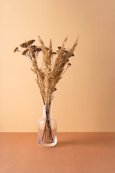 Transparente vase mit getrockneten blumen