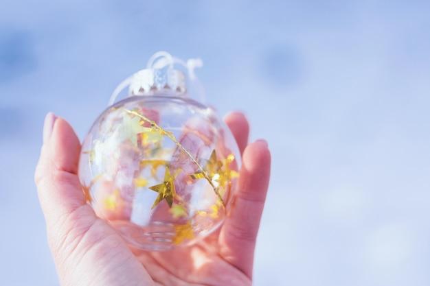 Transparente weihnachtskugel aus glas