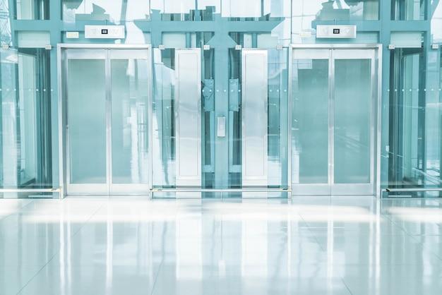 Transparenter aufzug im unterirdischen durchgang