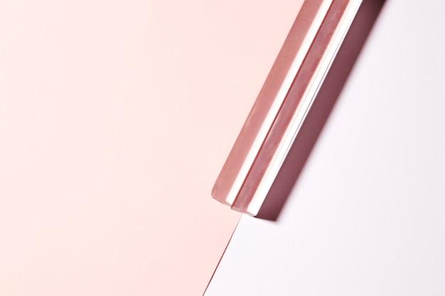 Transparenter langer kristall auf doppeltem rosa hintergrund