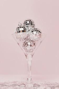 Transparentes champagnerglas mit silbernen kugeln