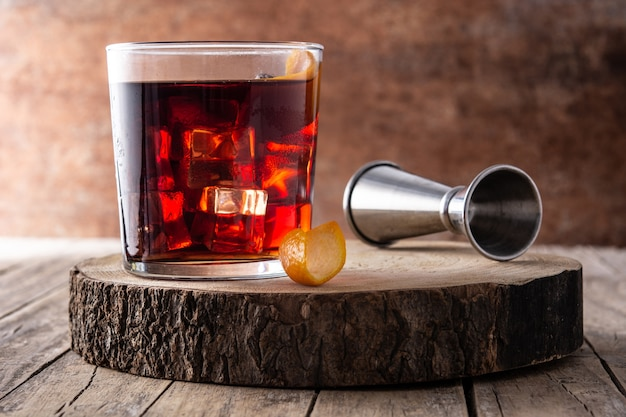 Transparentes glas mit cocktail