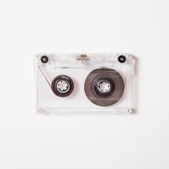 Transparentes kassettenband auf weißem hintergrund