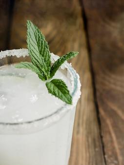 Transparentes köstliches kaltes cocktail mit frischer minze und salz