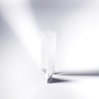Transparentes kristallprisma auf weißem hintergrund