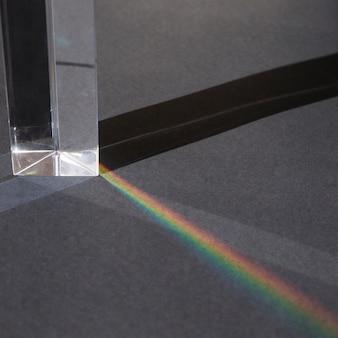 Transparentes prisma mit regenbogen
