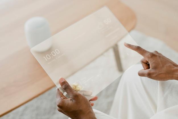 Transparentes tablet mit smart-speaker-smart-home-technologie