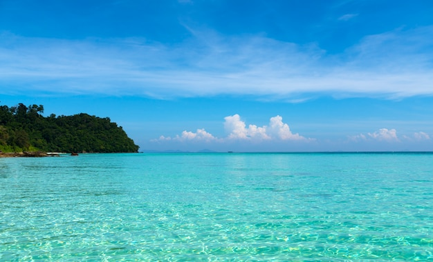 Transparentes wasser des tropischen meeres.