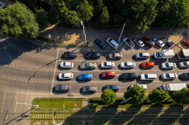 Transport aerials - top-down-blick auf die belebte autobahn in der hauptverkehrszeit mit starkem stau auf der autobahn.