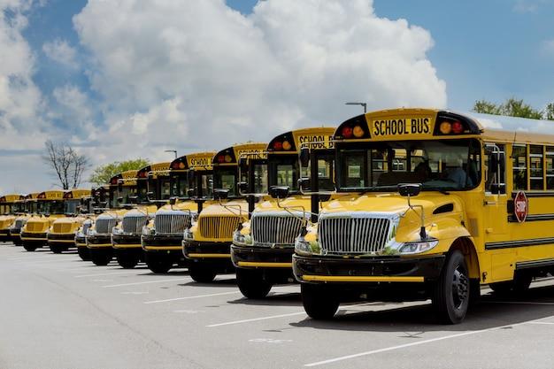 Transport für schüler kinder pädagogischen gelben schulbus auf der straße