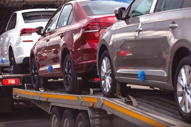 Transport neuer personenkraftwagen zum verkaufsort
