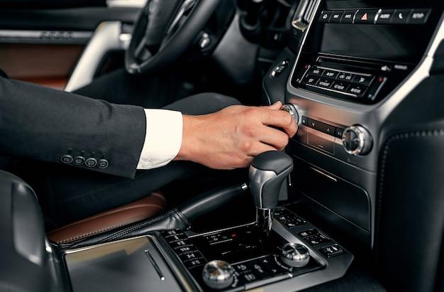 Transport- und fahrzeugkonzept - mann mit auto-audio-stereoanlage
